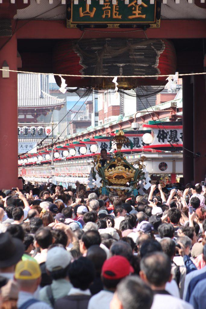 三社祭でにぎわう雷門