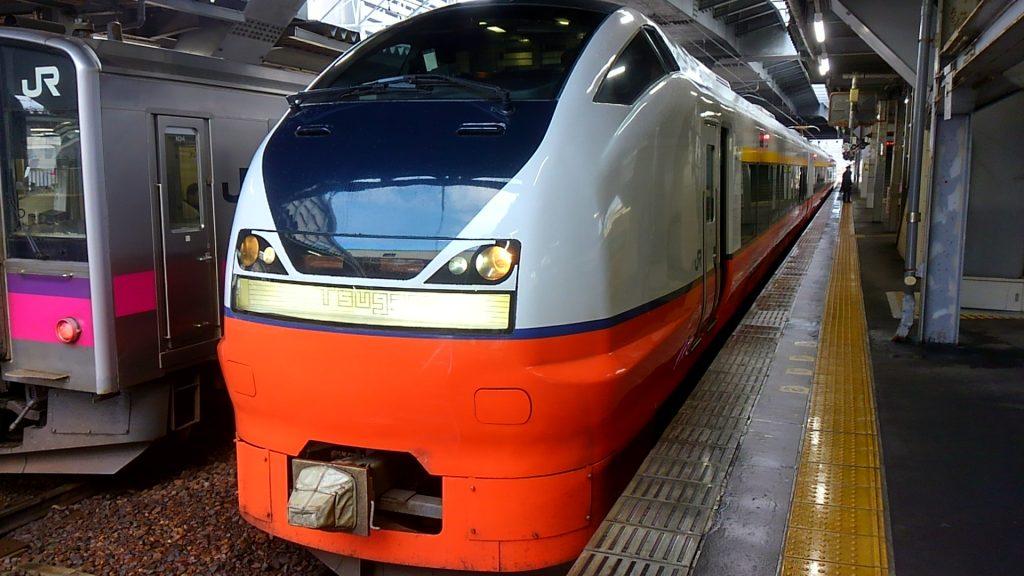 秋田新幹線の「こまち」が田沢湖駅に到着