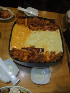 2種類のチーズが鉄板の中央に置かれたチーズタッカルビ