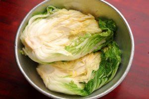 塩漬けした白菜を用意します。