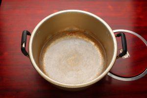 次に、ヤンニョムを混ぜやすくするため、水を沸かします。2株分なら50~80ccが適量です。
