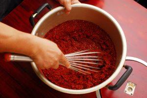 沸騰したお湯に粉唐辛子を入れ、よくかき混ぜながらなじませます。