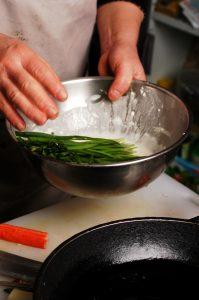 〔作り方1〕溶いた小麦粉にワケギ、ニラ、ニンジンを浸す
