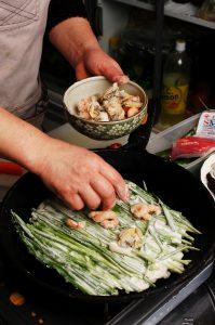 その上にエビ、イカ、野菜などをのせる